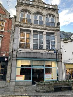 GRADE II LISTED BUILDING - PRIME RETAIL PREMISES TO LET - 25 KING STREET, TRURO TR1 2RQ