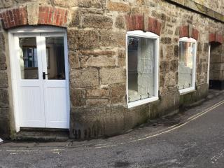 GRADE II LISTED WELL LOCATED AFFORDABLE GROUND FLOOR LOCK UP SHOP - 1 MARKET HOUSE, MARKET PLACE, ST IVES