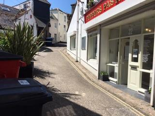 LONG LEASEHOLD RETAIL PREMISES FOR SALE OR TO LET, 22 FORE STREET, ST IVES, TR26 1HE