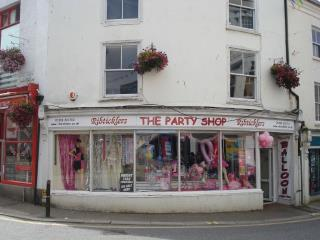 TO LET - CENTRALLY LOCATED THREE STOREY SHOP UNIT  - 8 MARKET STRAND